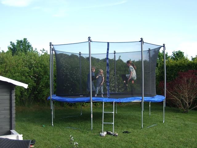dovádění na trampolině