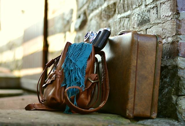 kožený kufr a taška