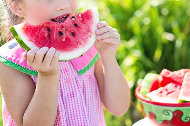 Dítě konzumující meloun