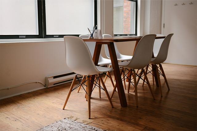 velká místnost s malým stolkem