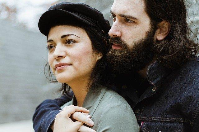 Muž objímá ženu