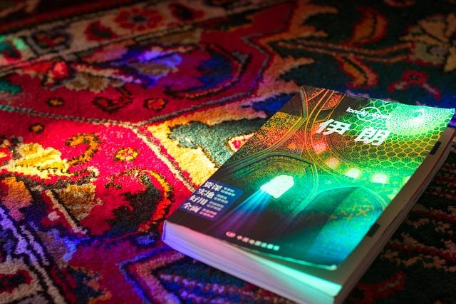 kniha na koberci, barevný vzor