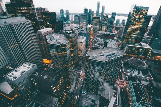 město, zalidněné, všude vysoké budovy