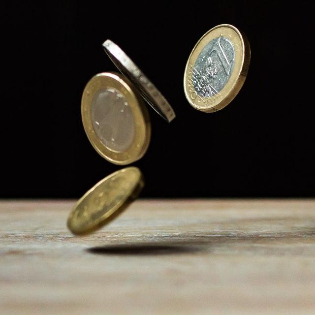 mince, eura, 1 euro a další tři mince letí vzduchem