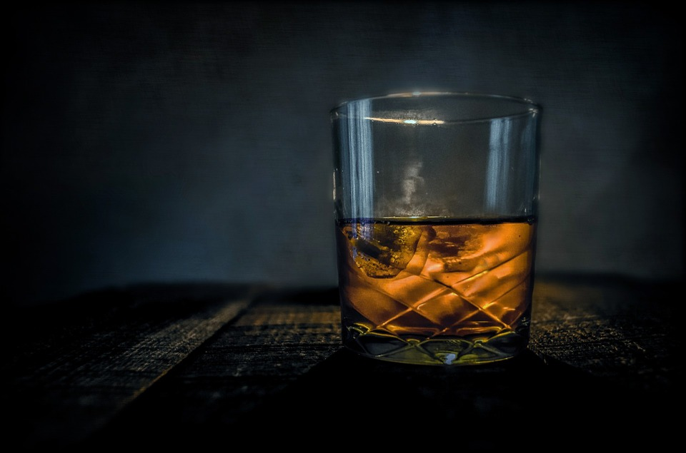 whisky ve sklenici